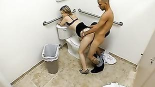 Beccati mentre fanno sesso nella toilet