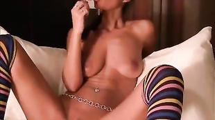 Brunetta succhia un lecca lecca